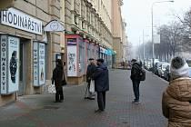 Hlavní třída v Ostravě-Porubě, kde se první den po otevření obchodů v rámci rozvolňování ve čtvrtek 3. prosince 2020, tvořily fronty jako v časech, kdy se nazývala Leninova.