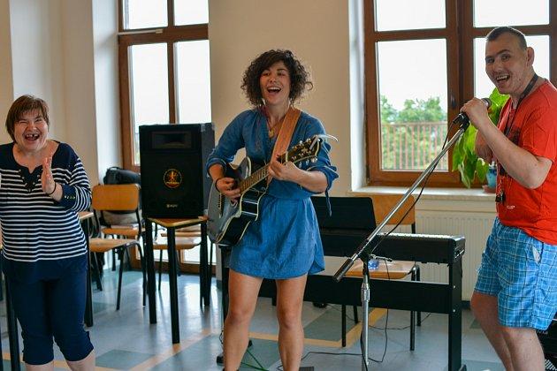 Písničkářka Kaczi zpívá pro Slezskou diakonii