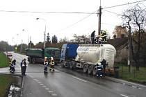 V Karviné pomáhali hasiči kamionu převážejícímu cement