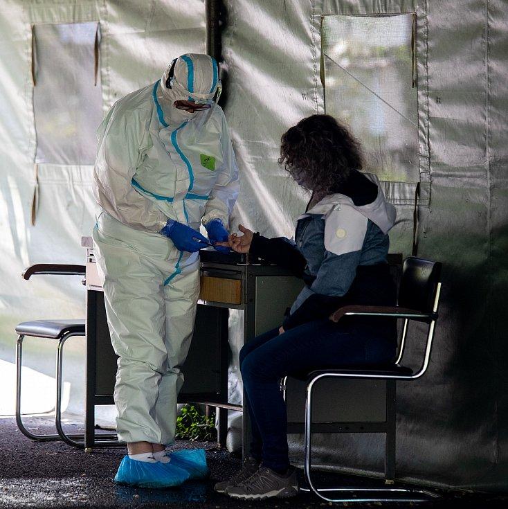 Plošné testování u nemocnice v Karviné, 2. května 2020.