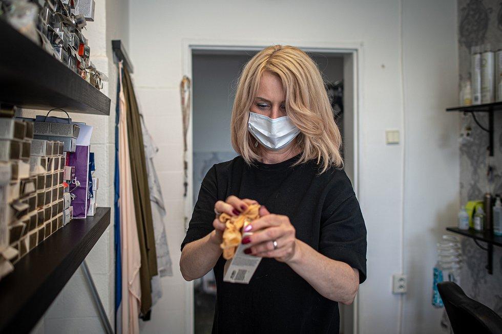 Kadeřnice Andrea Kotalová (na snímku) a Karin Krejčířová se připravují na znovuotevření svého Kadeřnictví KA, 8. května 2020 v Ostravě.