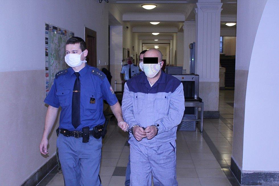 Muž ještě v soudní síni čtyřletý trest přijal.