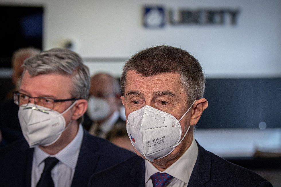 Tiskový briefing po jednání se zástupci skupiny Liberty a odboráři, 16. dubna 2021 v Ostravě. (zprava) Předseda vlády Andrej Babiš a vicepremiér Karel Havlíček.