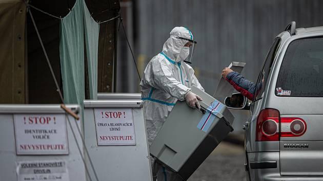 Jedno z volebních míst drive-in - ve Wattově ulici v Ostravě, 30. září 2020.
