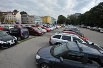 STÁLE PLNO. Ostravané mohou i nadále parkovat na pozemcích naproti Domu kultury města Ostravy zadarmo.