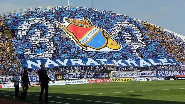 Severní tribuna Androva stadionu obsazená fanoušky Baníku Ostrava.