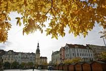 Do Vánoc zbývají sice ještě téměř dva měsíce, na ostravském Masarykově náměstí už ale stojí desítky dřevěných stánků připravených pro vánoční trhy. Využití najdou už brzy.