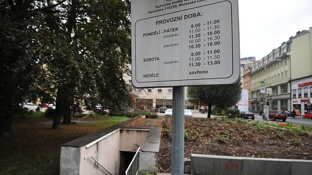 NA DOŽITÍ. Veřejné toalety u hotelu Imperial jsou jediné v centru města. Přesto už delší dobu chátrají.