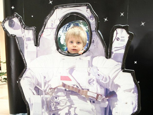 Součástí interaktivní výstavy o vesmíru, jež byla v těchto dnech zahájena v ostravském Avion Shopping Parku, je naučná stezka, kterou děti procházejí oblečeny v replikách části skafandru kosmonautů.