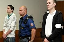 František Slezák z Opavy (vlevo) se svým odvoláním neuspěl. Vrchní soud mu potvrdil sedmiletý trest za přepadení důchodkyně. Jeho kamarád Michal Zavadilík z Valašského Meziřičí (vpravo) byl již za stejný čin pravomocně odsouzen k sedmiletému trestu.