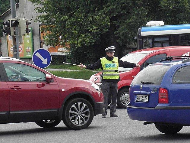 Pořádný zmatek panoval v jedné z nejfrekventovanějších ostravských křižovatek u Sadu Boženy Němcové v Ostravě-Přívoze v úterý dopoledne. Kvůli technické údržbě zde nefungovaly semafory a provoz řídili policisté.