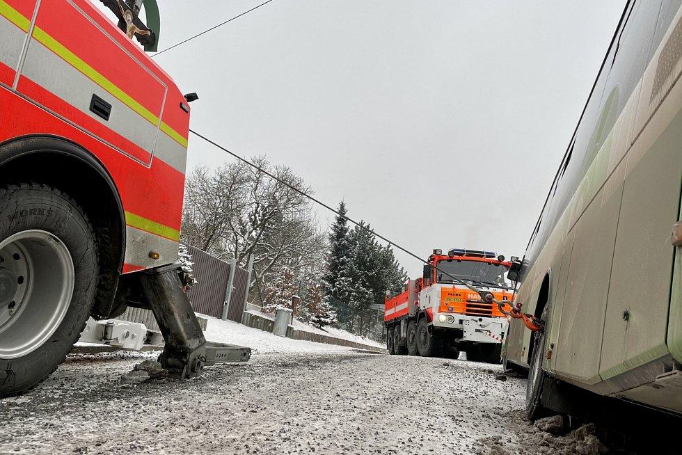 Zásah hasičů při vyprošťování autobusu.