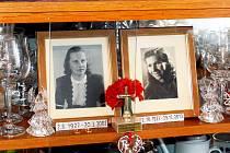 Ve vitríně v pokoji měl Miroslav Merenda fotografie obou svých životních lásek vedle sebe.
