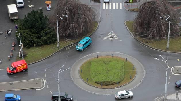 Kruhový objezd u ostravského magistrátu nepovažují řidiči za nejpraktičtější.
