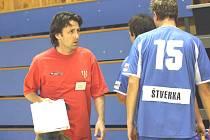 Trenér Patrik Mičkal (vlevo)