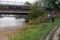 Řeka Opava v sobotu dopoledne u hlučínské štěrkovny