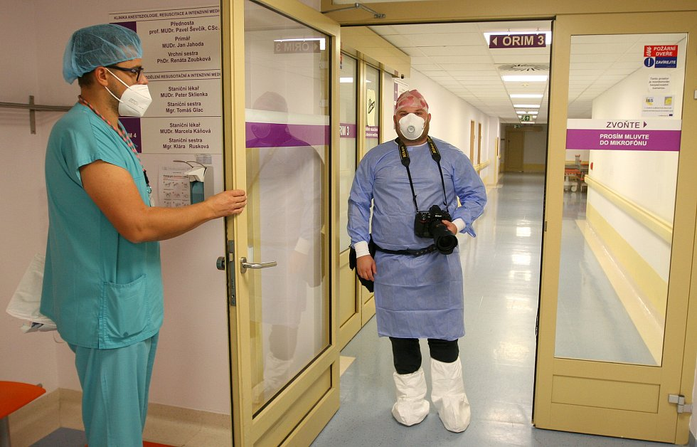 FOTOGRAF ostravské redakce Deníku Lukáš Kaboň dokumentoval práci zdravotníků na uzavřeném pracovišti fakultni nemocnice.
