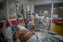 Pacienti s covidem zaplňují lůžka v krajských nemocnicích.