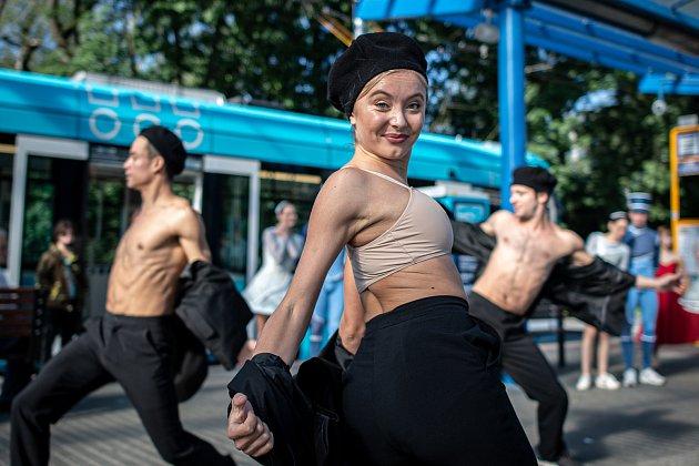 Balet Národního divadla moravskoslezského (NDM) předvedl ukázku zbaletu Coppélia a Rossiniho karty vtramvajích městské hromadné dopravě (DPO), 3.září 2020vOstravě.