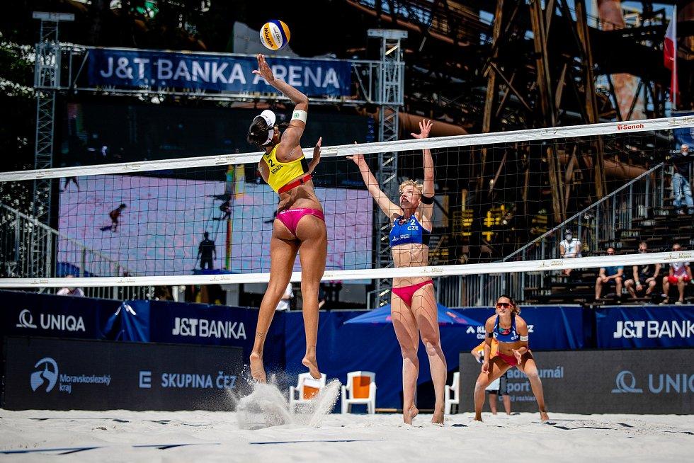 J&T Banka Ostrava Beach Open, 3. června 2021 v Ostravě. Zleva Eduarda Santos Lisboa (BRA), Marie Sára Štochlová (CZE), Martina Williams (CZE).