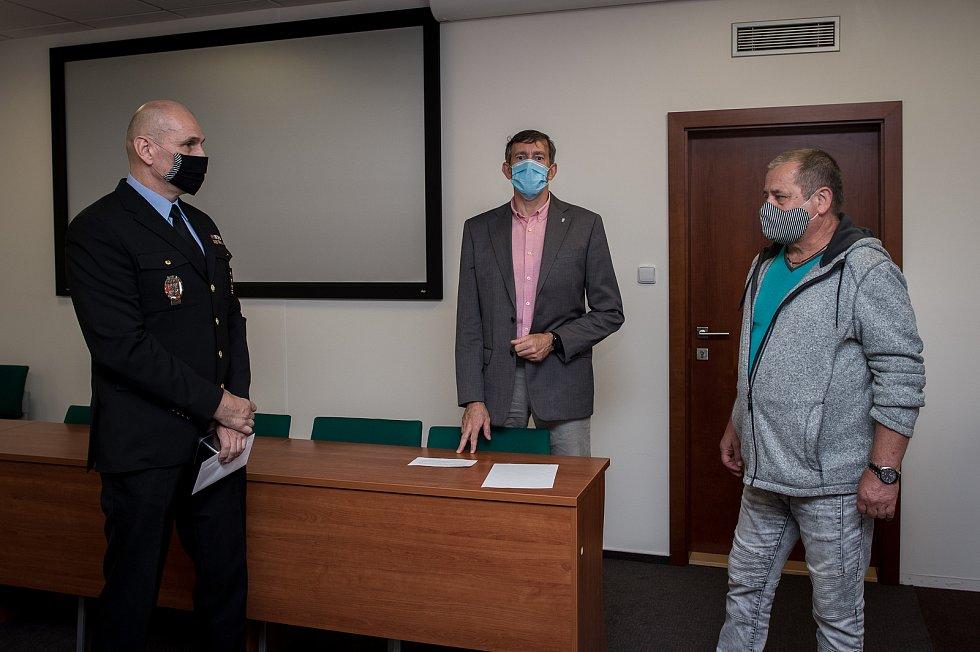Dnes již bývalému strážníkovi Milanu Filipovskému (vpravo) předal ředitel Městské policie Ostrava Miroslav Plaček (vlevo) dárky jako poděkování za jeho dlouholeté působení v řadách strážníků.