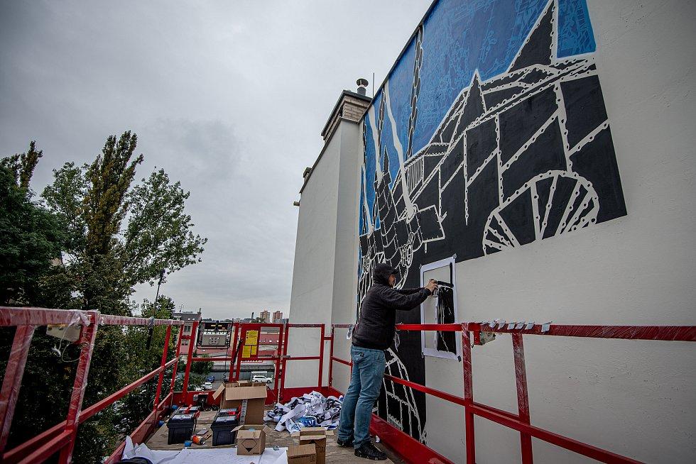 V centru vzniká nástěnná malba, která bude zdobit fasádu domu v proluce v Nádražní ulici. Muralartovou malbu vytváří polský umělec Mariusz M-City Waras a hotova by měla být do konce měsíce září, 24. září 2020 v Ostravě.