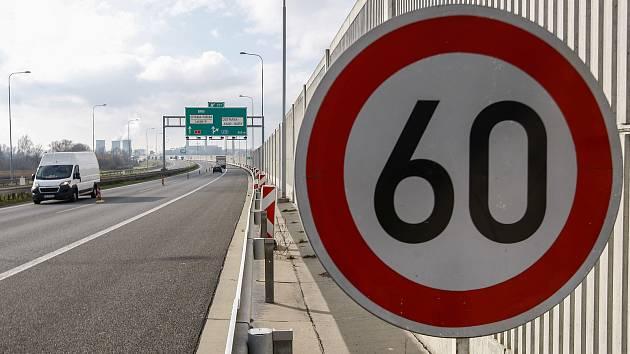 Na dálnici D1 u Ostravy nastoupili silničáři a vozovku provizorně opravují, řidiči proto musí po dálnici jezdit rychlostí 60 kilometrů v hodině, tedy v podstatě jako městem!