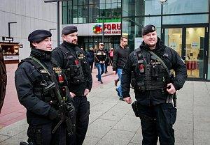 Policisté se samopaly, květináče místo zátarasů