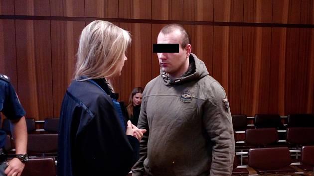 Muž se u soudu ke všemu přiznal.