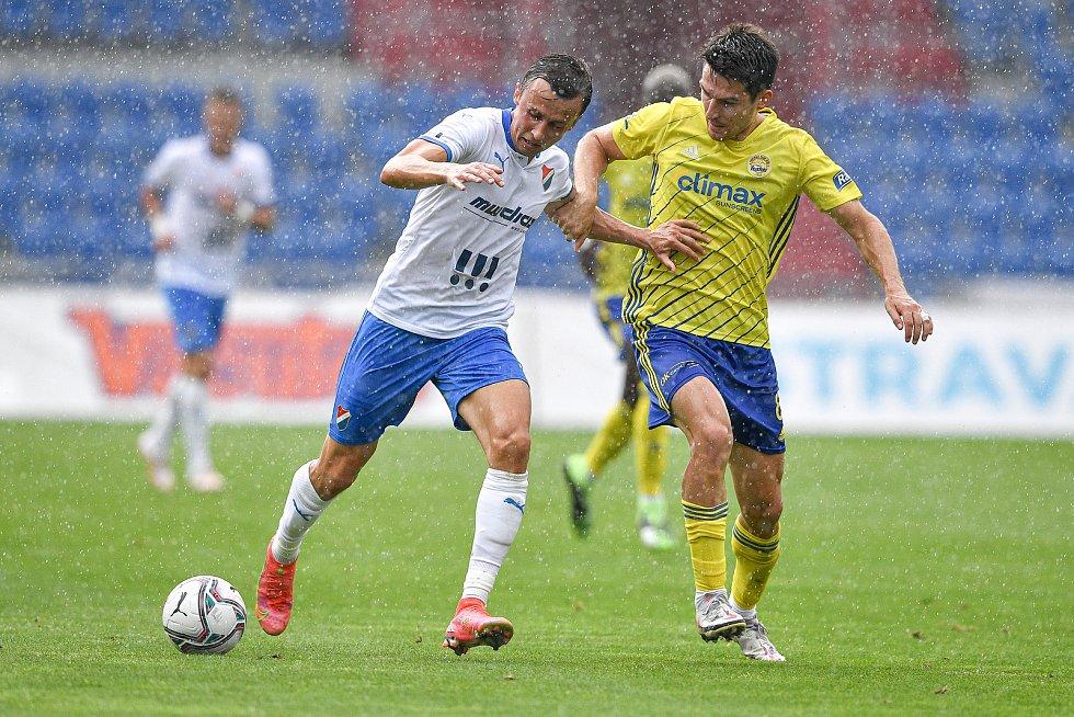 Utkání 2. kola první fotbalové ligy: Baník Ostrava - Fastav Zlín, 1. srpna 2021 v Ostravě. (zleva) Daniel Tetour z Ostravy a Robert Hrubý ze Zlína.