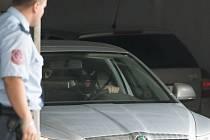 Okresní soud v Ostravě ve čtvrtek rozhodl o vzetí do vazby dvou vysoce postavených policistů a jednoho podnikatele obviněných v korupční kauze týkající se klientelistických vazeb na Olomoucku.