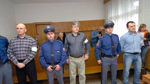 Zleva odsouzení Peter Šimulák, Zdeněk Ševčík a Jan Grábl u krajského soudu v Ostravě