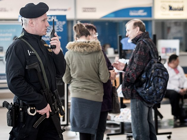 Zvýšené bezpečnostní opatření přijelo také ostravské letiště v Mošnově.