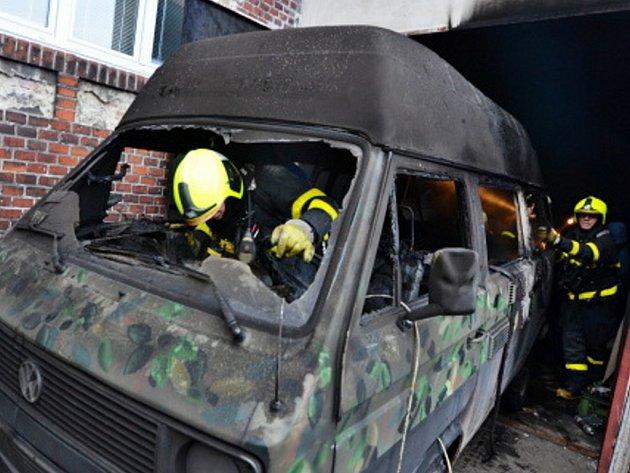 Zásah hasičů u požáru obytné dodávky.