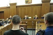 Jednání u Krajského soudu v Ostravě. Miloslav Studnička na snímku uprostřed.