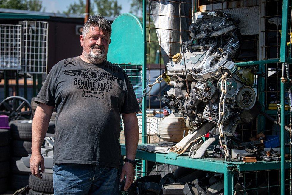 BORIS HENDRYCH prodává na ostravské autoburze už 31 let.