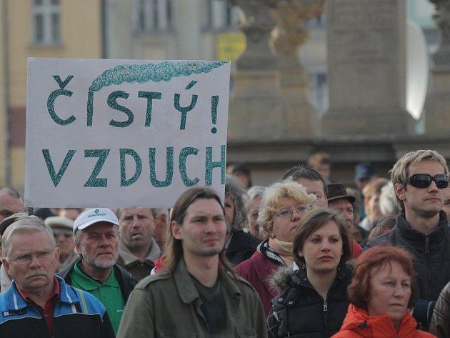 Na Masarykově náměstí v centru Ostravy se v úterý 8. dubna vpodvečer demonstrovalo. Asi tisícovka obyvatel krajského města přišla vyjádřit svou nespokojenost s nelepšícím se stavem ovzduší.