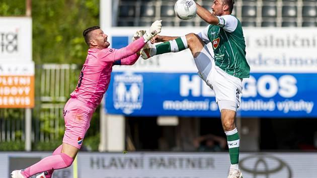 Na snímku vlevo kapitán Baníku Ostrava Jan Laštůvka a jablonecký Martin Doležal v duelu 1. ligového kola na Střelnici, které vyhráli domácí 1:0.