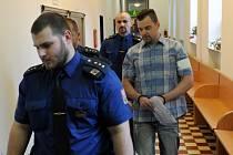 Petr Kramný v doprovodu eskorty ve čtvrtek 16. prosince na chodbě ostravského krajského soudu.