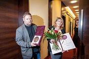 Adam Pavlík, syn nedávno zesnulé výjimečné zpěvačky Věry Špinarové, se svojí manželkou s Cenou města Ostravy, která jí byla udělena in memoriam za mimořádný přínos v oblasti kultury.