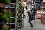 Lidé nakupují v obchodním řetězci Hornbach, 27 února 2021 v Ostravě.