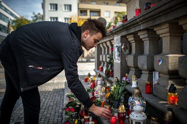 Pietní místo kúmrtí Karla Gotta na Masarykově náměstí vOstravě.