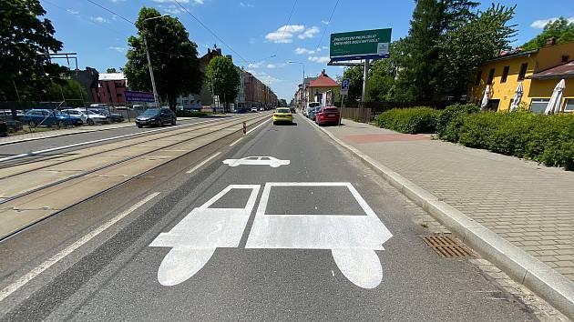 Realizace 1. etapy opatření pro cyklisti na ulici 28. října v Mariánských horách, 2. června 2021.