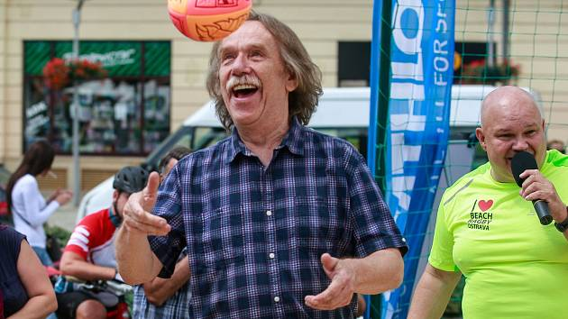 """JAROMÍR NOHAVICA podpořil svou přítomností třetí ročník beach ragby na Masarykově náměstí v Ostravě. """"Hráče obdivuju. Na tom písku to musí být náročné,"""" prozradil s úsměvem."""