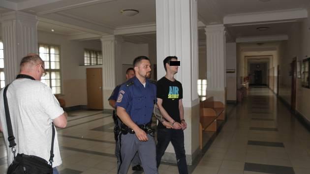 Muž u soudu odmítl, že by matce vyhrožoval zabitím.
