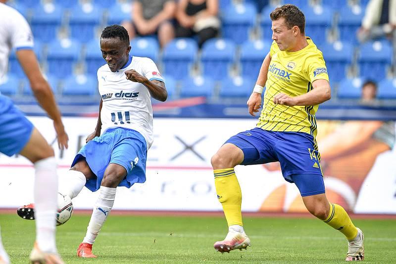 Utkání 2. kola první fotbalové ligy: Baník Ostrava - Fastav Zlín, 1. srpna 2021 v Ostravě. (zleva) Collins Yira Sor z Ostravy a Martin Cedidla ze Zlína.
