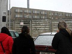 Před věznicí v Ostravě-Heřmanicích se již od dopoledních hodin scházeli první lidé, kteří čekali na propuštění svých blízkých.