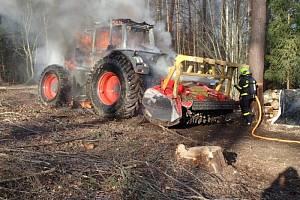 Zásah hasičů u požáru lesního traktoru v Uhlířově.