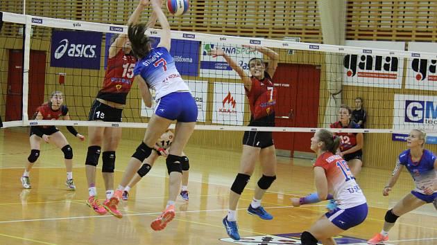 VOLEJBALOVÉ DERBY mezi Frýdkem-Místkem (světlé dresy) a Ostravou dopadlo lépe pro obhájkyně bronzových medailí, které v hale Sokolek vyhrály ve třech setech.