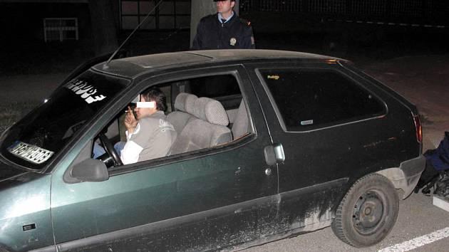 VARNA V AUTĚ. U tohoto muže policisté zjistili, že je pod vlivem pervitinu. V jeho autě navíc našli kompletní varnu.